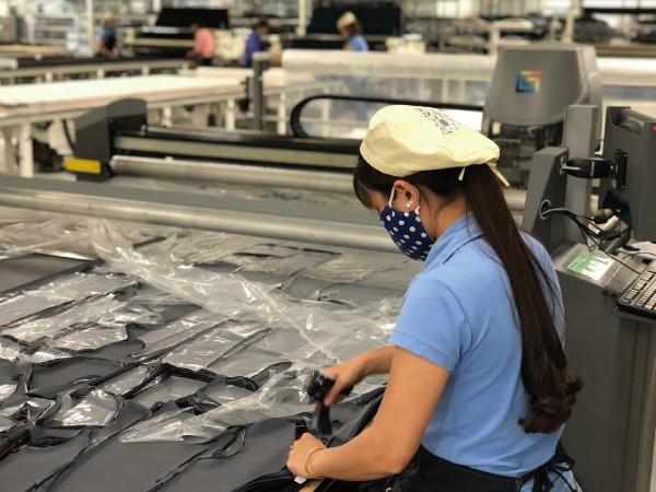 製品加工作業風景